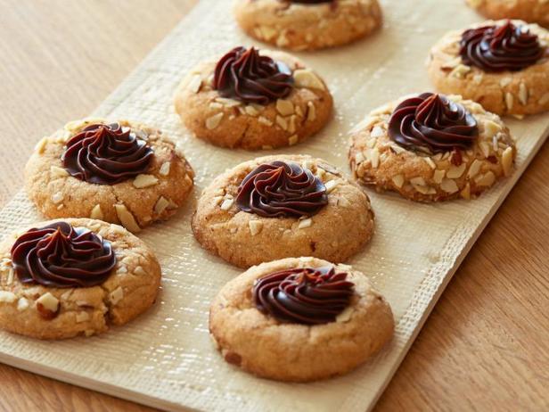 Фото блюда - Миндальное печенье с кремом ганаш