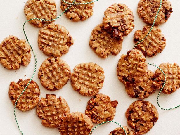 Фото блюда - Безглютеновое печенье с арахисовой пастой и кусочками шоколада