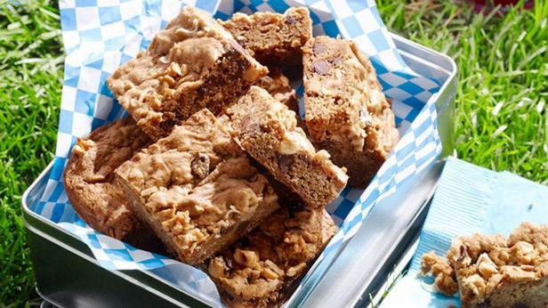 Фотография блюда - Пирожные «Блонди» с темным шоколадом