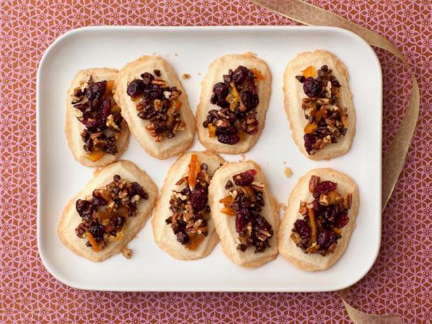 Фотография блюда - Праздничные песочные коржики с фруктами и орехами