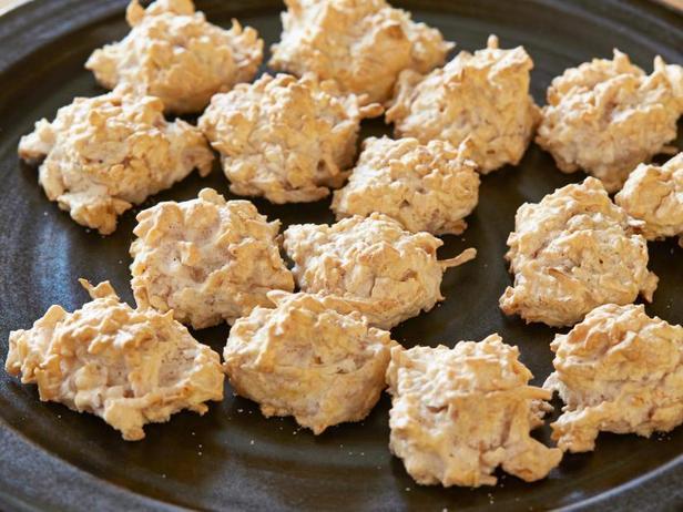 Фото блюда - Печенье макаруны с жареной кокосовой стружкой