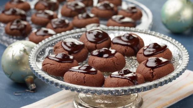 Фото блюда - Миндальное печенье «Пьяная вишня в шоколаде»