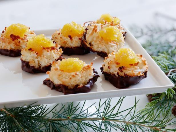 Фото блюда - Кокосовые макаруны с ананасами и шоколадной глазурью