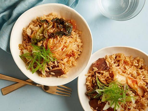 Фото Бурый рис с грибами и кимчи