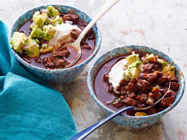 Фотография блюда - Чили из говядины и черной фасоли под сливочным и овощным соусами