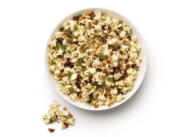Фото Пряный попкорн с орехами, зеленью и сушёной клюквой