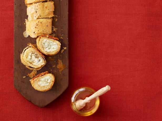 Фото Штрудель с начинкой из голубого сыра и пекана