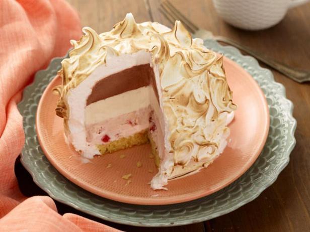Фотография блюда - Торт-мороженое с безе «Запеченная Аляска»