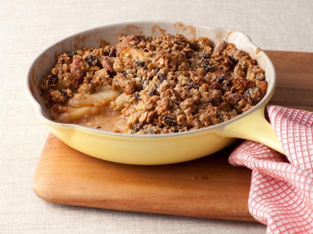 Фотография блюда - Яблочный крисп с гранолой на сковороде