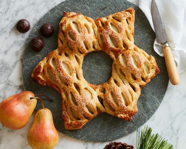 Фотография блюда - Пирог-венок с грушами, начиненными шоколадными трюфелями