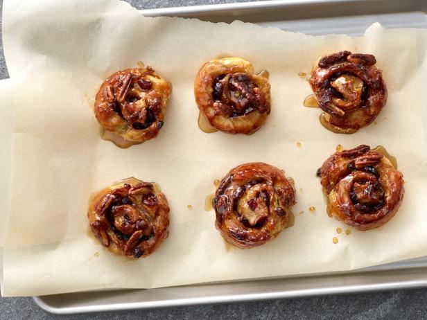 Фотография блюда - Простые липкие булочки из слоеного теста