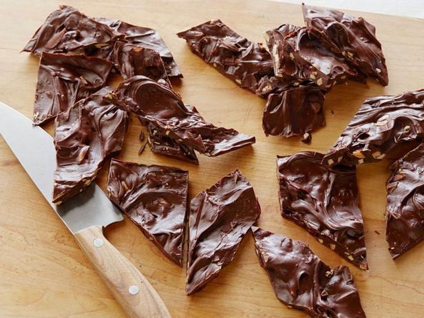 Фотография блюда - Шоколадная плитка с сушёной клюквой, миндалём и цедрой мандарина
