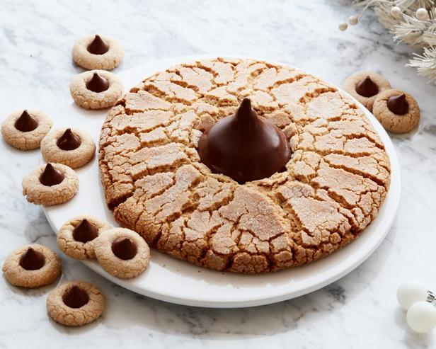 Фотография блюда - Гигантское арахисовое печенье с шоколадным центром