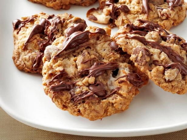 Фотография блюда - Овсяное печенье с зефиром, орехами и шоколадом