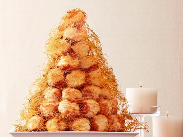 Фотография блюда - Крокембуш – торт из профитролей
