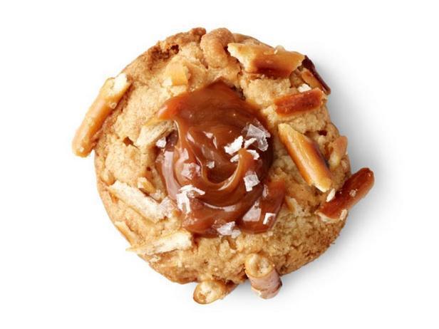 Фотография блюда - Печенье «Отпечаток пальца» с карамелью и солёной соломкой