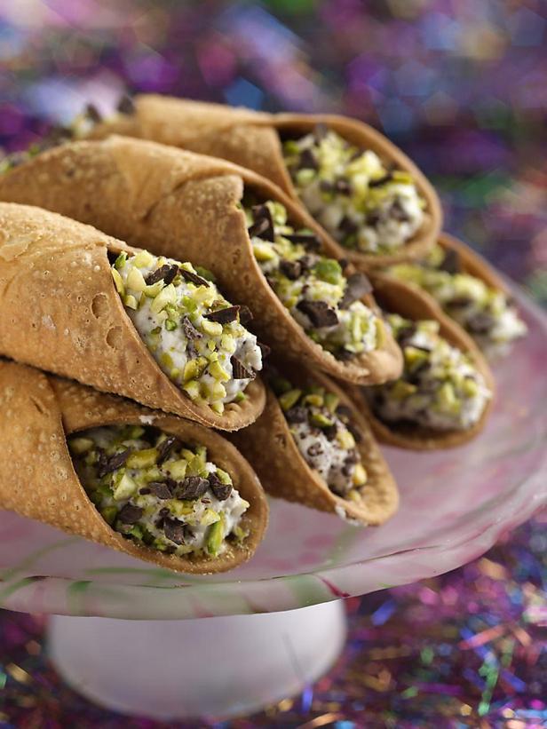 Фотография блюда - Канноли с рикоттой и шоколадной крошкой