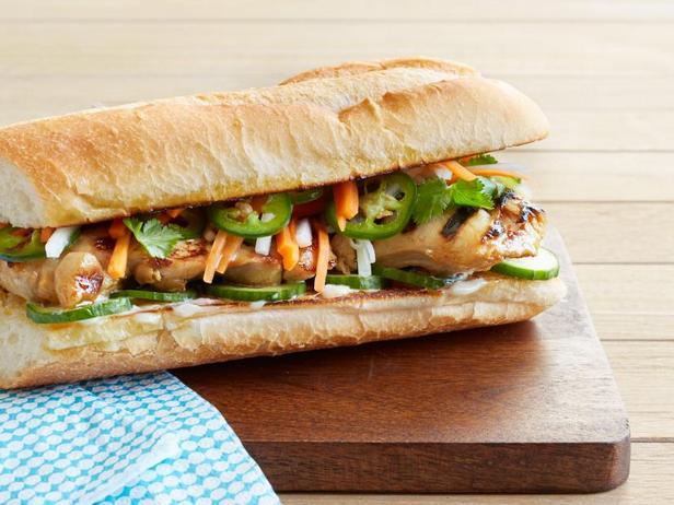 Фото Сэндвичи с курицей по-вьетнамски на гриле