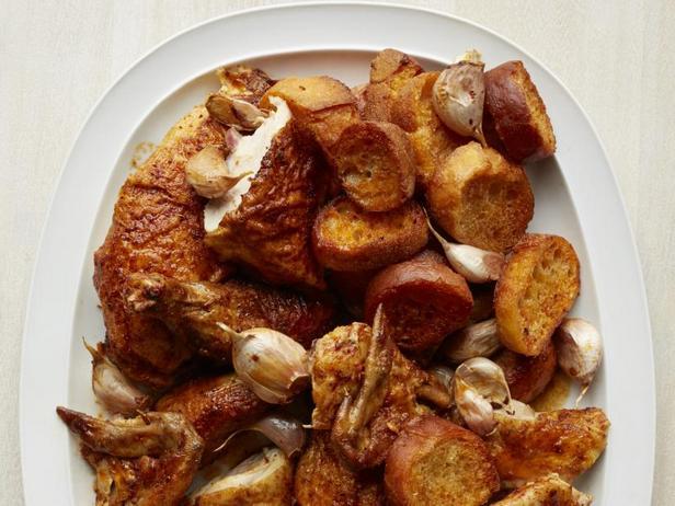 Фото Курица запечённая в духовке целиком с печёным чесноком и паприкой