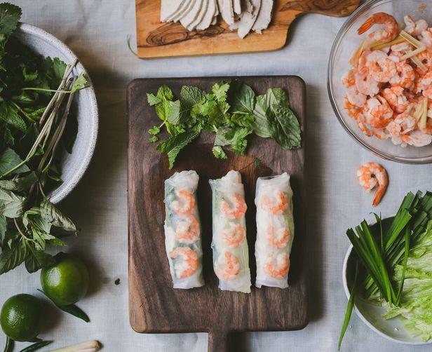 Фото Вьетнамские роллы с креветками и свининой (Гои-куон) и рыбным дипом