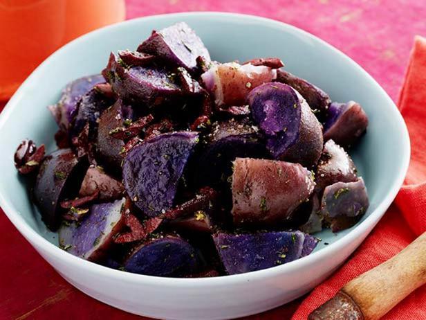 Фиолетовый картофель в мундире с розмариновым маслом и оливками