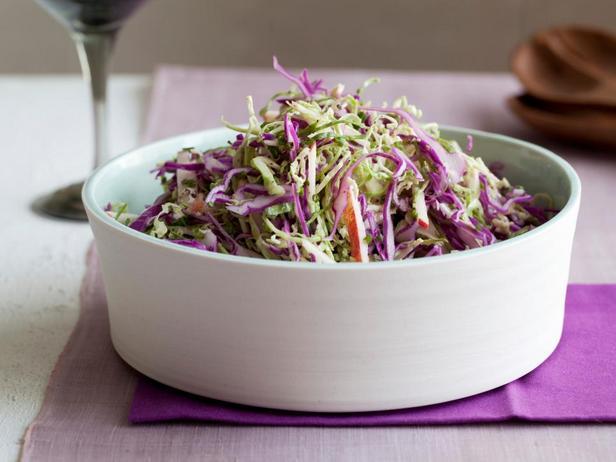 Салат из краснокочанной и брюссельской капусты
