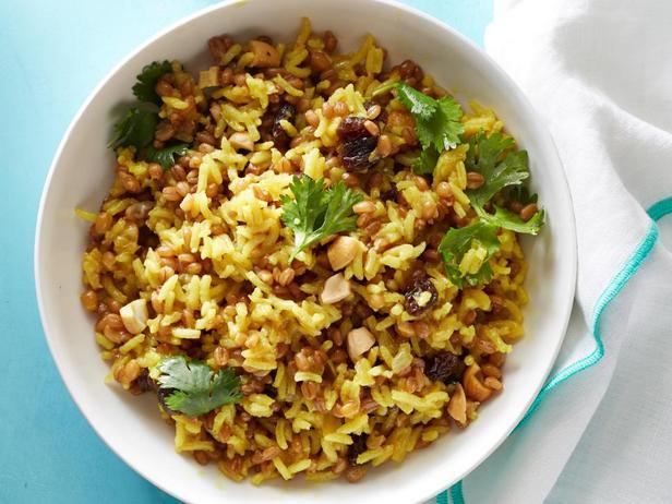 Зерна пшеницы с рисом и карри
