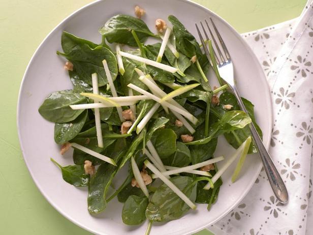 Салат со шпинатом и зелёным яблоком