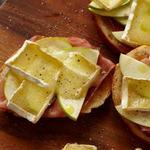 Горячий бутерброд с сыром бри