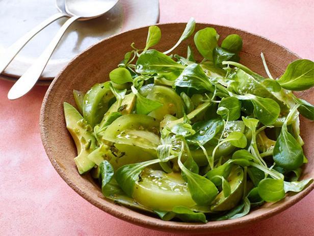 Острый салат с зелеными помидорами и авокадо