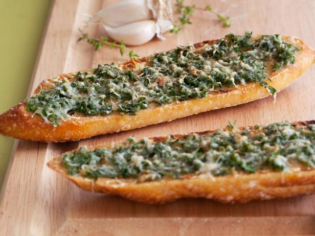 Бутерброд с пастой из печёного чеснока и зелени
