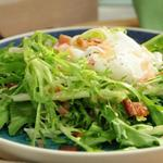 Салат фризе с яйцом пашот и беконом