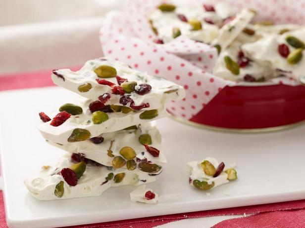 Конфеты из белого шоколада с клюквой и фисташками