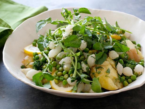 Молодой картофель с зелёным горошком, лимоном и жемчужным луком