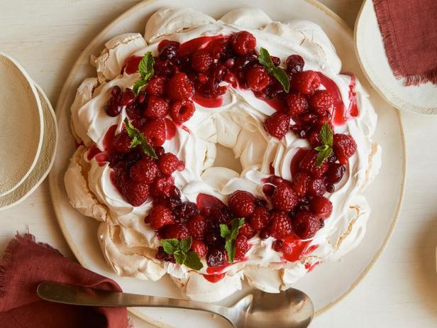 Торт-безе - праздничный венок из меренги с ягодами