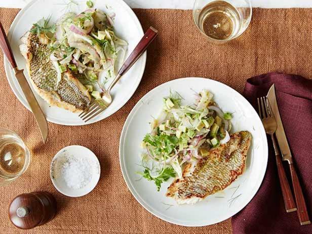 Морской окунь, жареный на сковороде и релиш из физалиса, авокадо и фенхеля