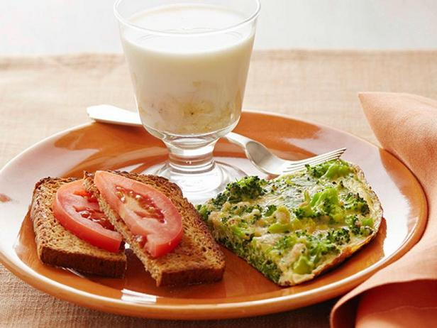 Фото Вегетарианский завтрак: фриттата из брокколи, тосты с помидорами и банановое молоко