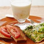 Вегетарианский завтрак: фриттата из брокколи, тосты с помидорами и банановое молоко
