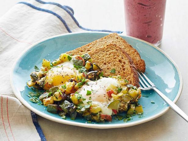 Фото Жареные кабачки с яйцами и ягодно-банановый смузи