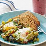 Жареные кабачки с яйцами и ягодно-банановый смузи