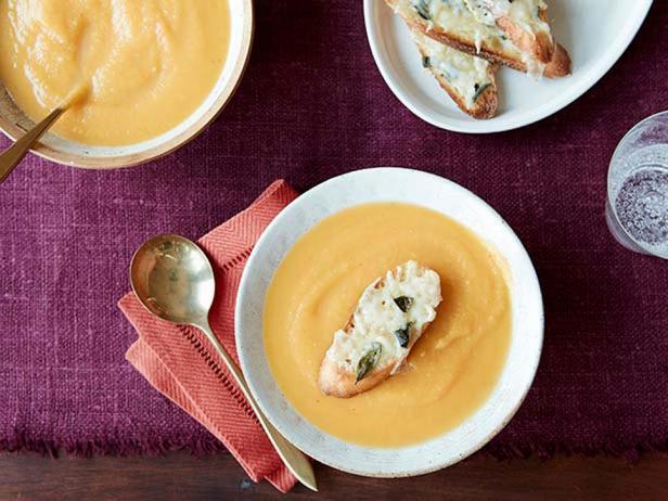 Суп-пюре из мускатной тыквы с кростини и сыром фонтина
