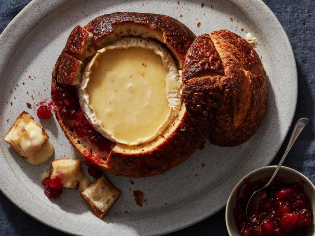 Хлебная чаша с начинкой из сыра бри и клюквенного соуса