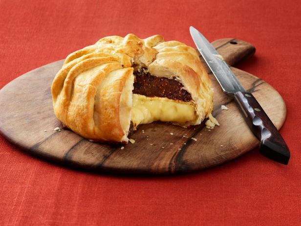 Сыр бри с инжирным компоте, запечённый в слоёном тесте