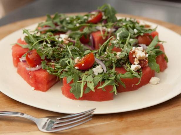 Фото Арбузные ломтики с помидорами черри, фетой и рукколой