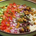Греческий салат с кремовой пастой орзо и хрустящим нутом