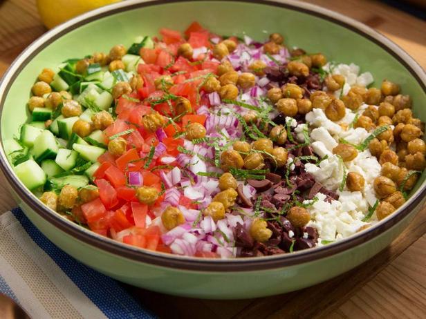 Фото Греческий салат с кремовой пастой орзо и хрустящим нутом