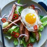 Салат со стейком и яйцом (палеодиета)