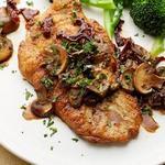 Жареная курица на сковороде с грибным соусом