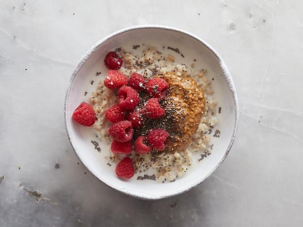 Миндальный пир: миндальное молоко, паста из миндаля, малина и семена чиа