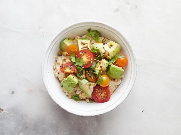 Завтрак со вкусом «умами»: авокадо, жареные семечки, помидоры черри, тамари, льняное масло и петрушка
